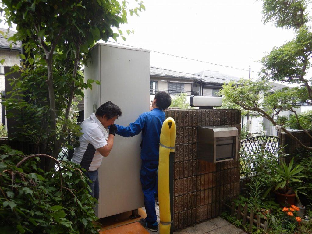 電気温水器を階段から運ぶ